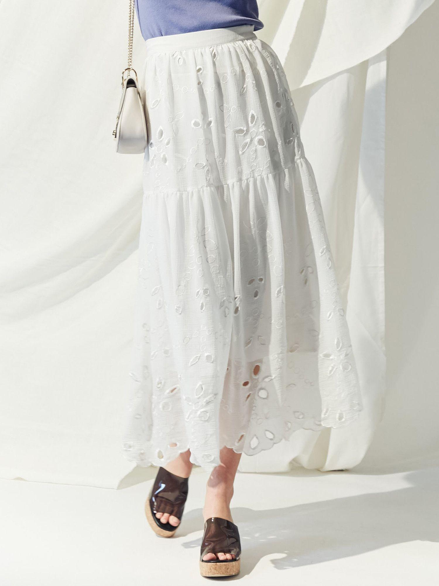 面色灰黄,刺绣喇叭长裙