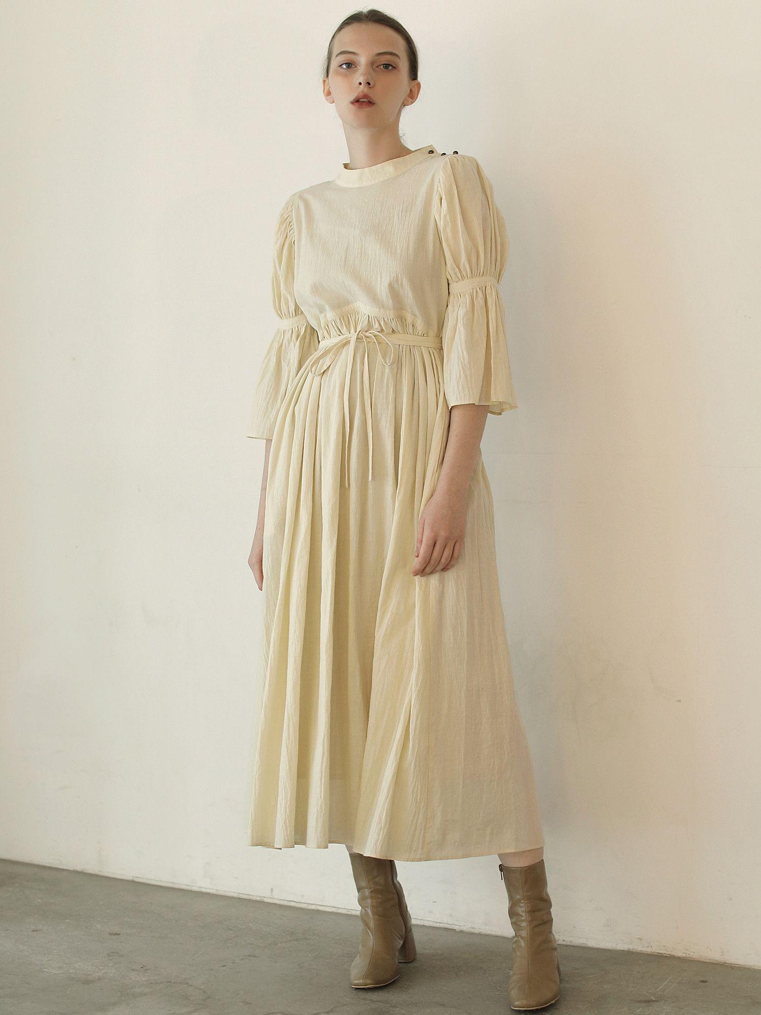 喇叭袖连衣裙少女