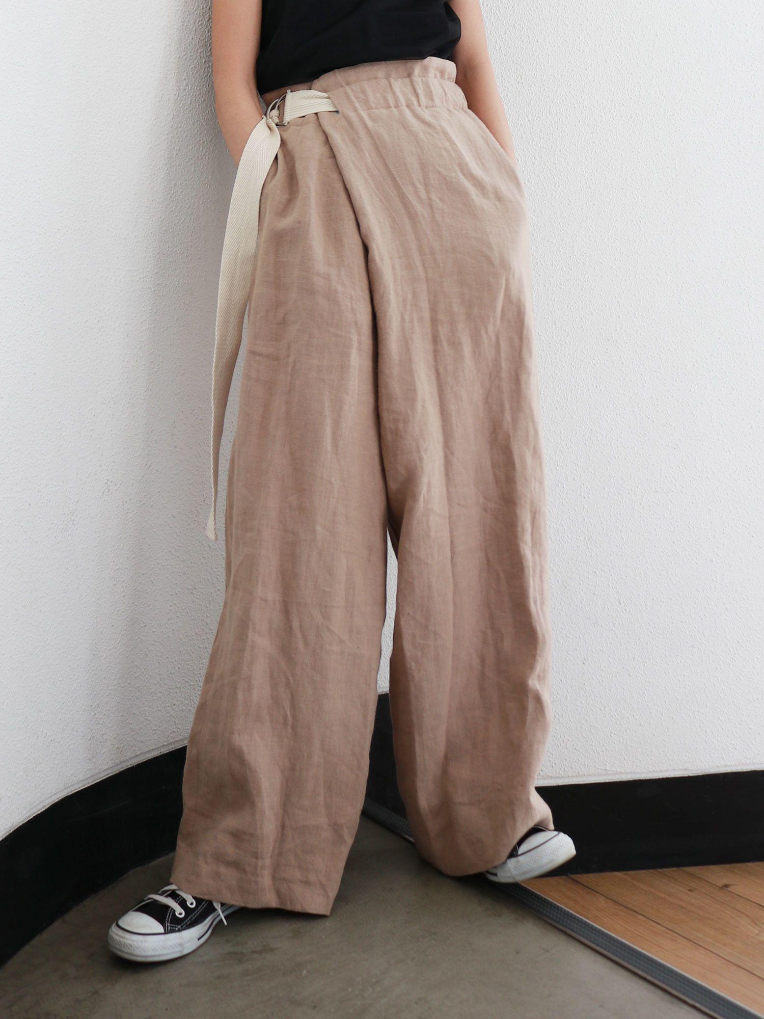 亚麻混纺腰带设计的裤子
