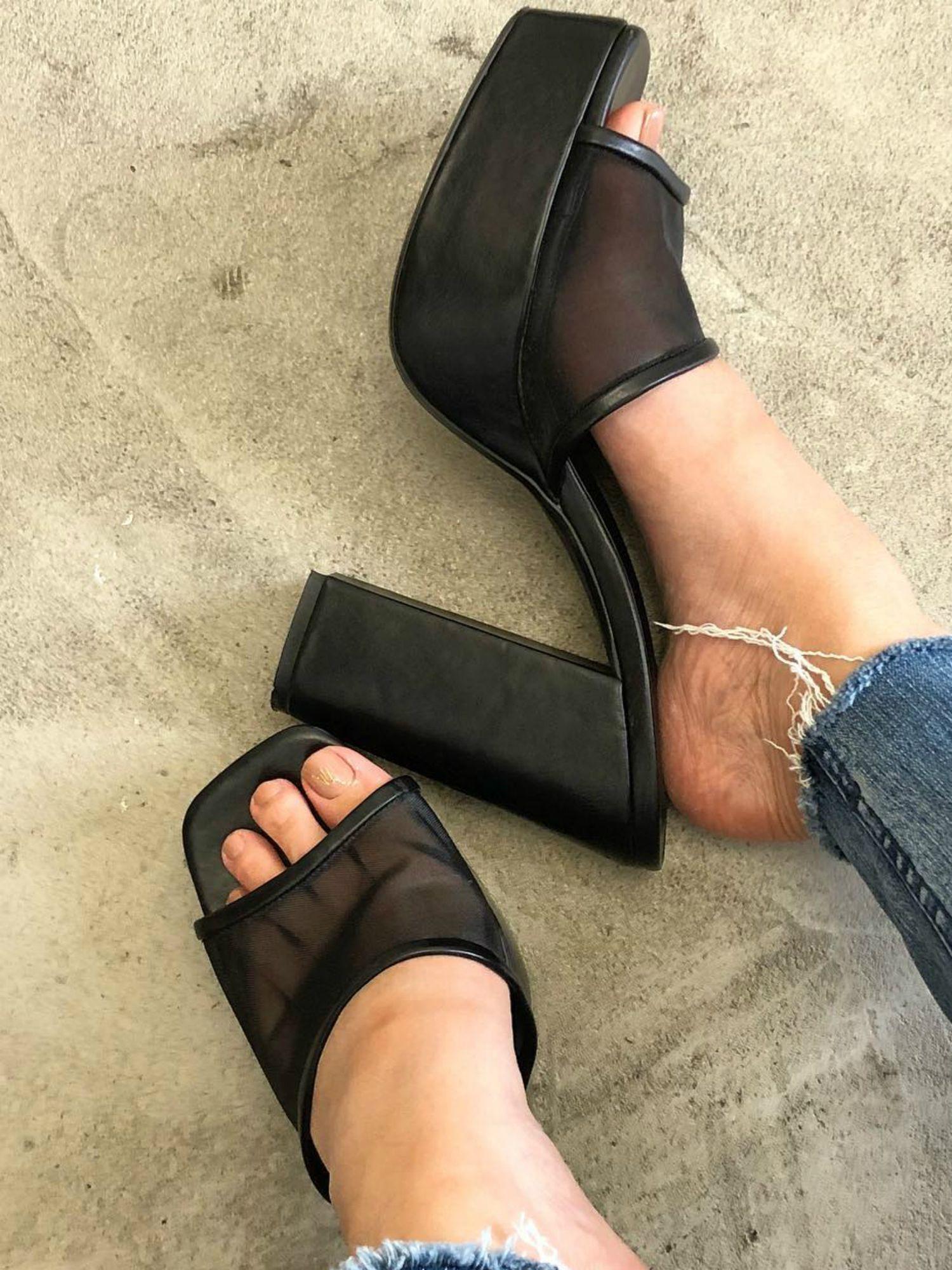 纯粹的鞋跟凉鞋