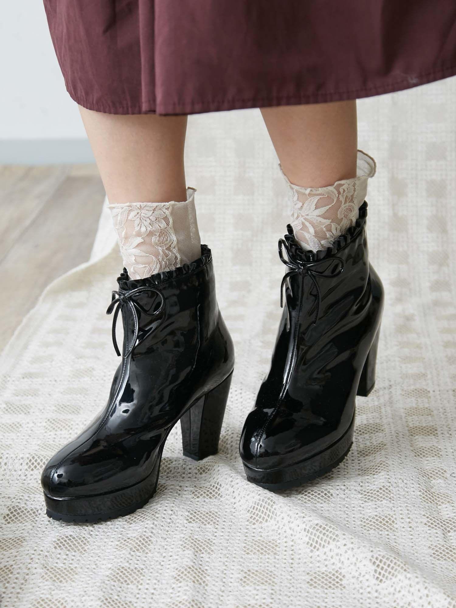 多餘的裝飾鞋跟的靴子