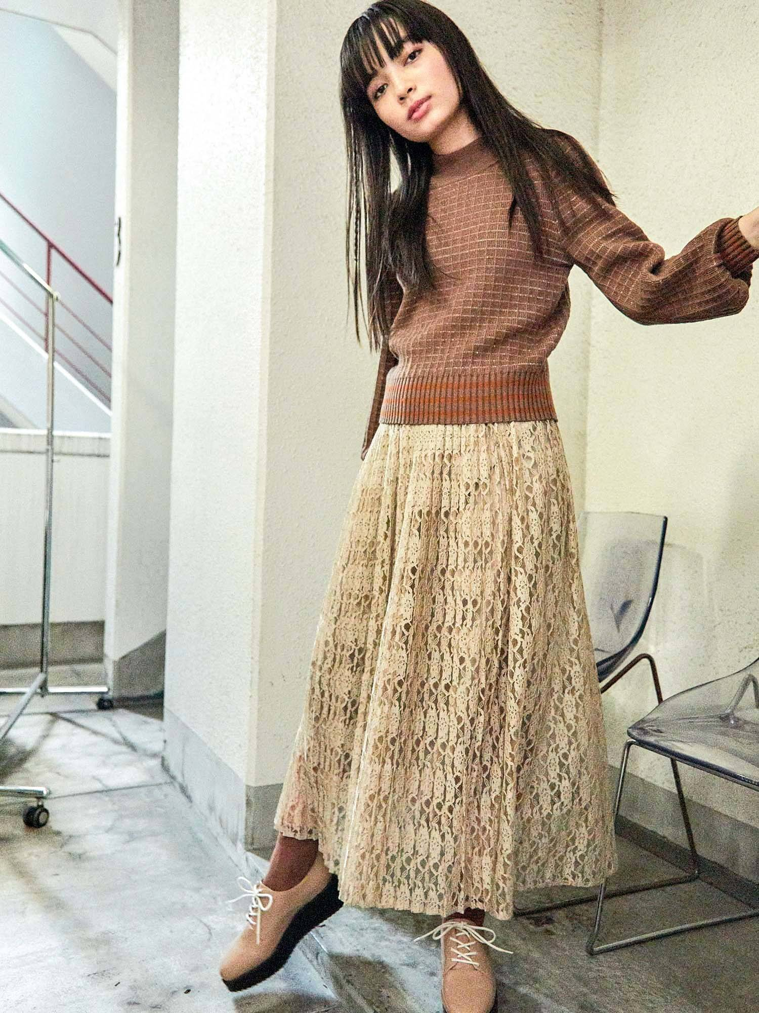 Pleated lace long skirt